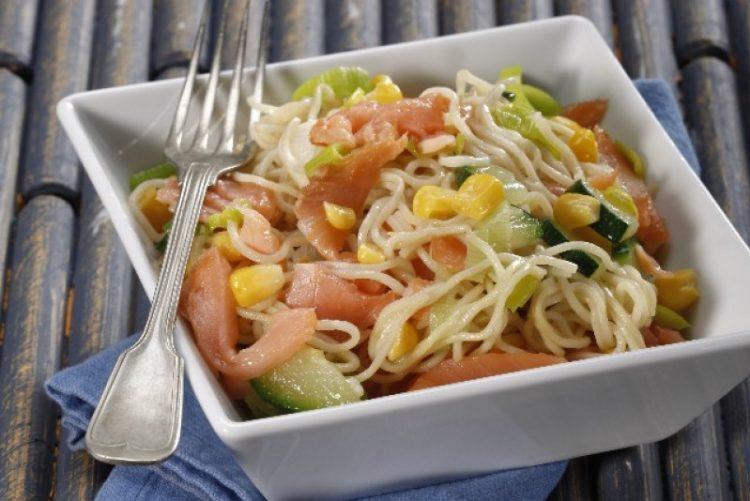 Noodles com salmão e legumes. A receita mais fácil que vai ver hoje