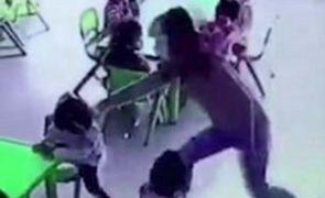 Educadora castiga criança empurrando-a violentamente de uma cadeira [vídeo]