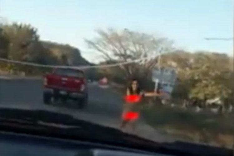 Jovem nua e desorientada pede ajuda a automobilista [vídeo]