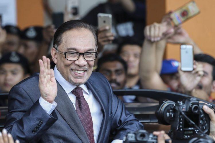 Libertado antigo líder da oposição na Malásia após perdão real