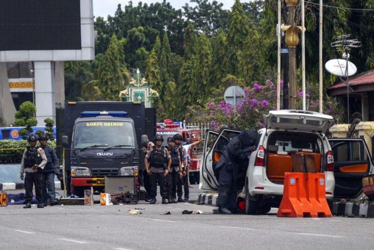 Um polícia e quatro atacantes mortos em novo ataque na Indonésia