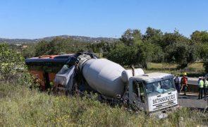 Dos 15 feridos do acidente com autocarro na Via do Infante, três são crianças