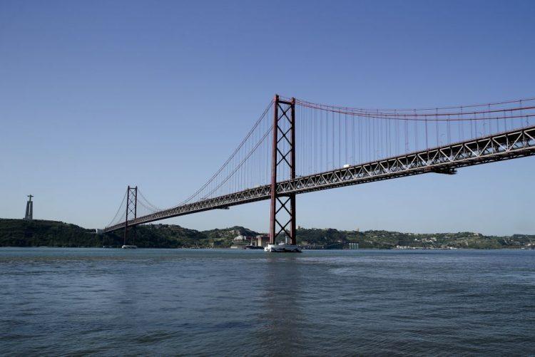 Acidente entre motociclo e veículo ligeiro na Ponte 25 de Abril condiciona trânsito