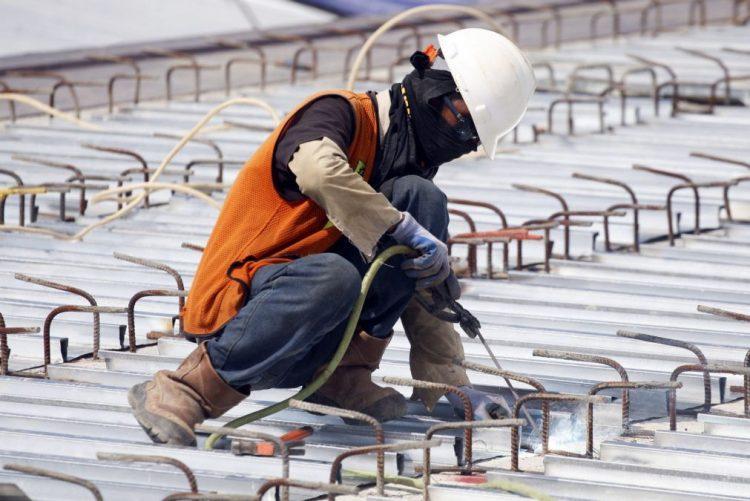 Produção no setor da construção sobe em março na zona euro e recua na UE