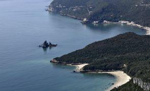 Câmara de Setúbal proíbe carros nas praias da Arrábida e estacionamento pode custar 9 euros por dia