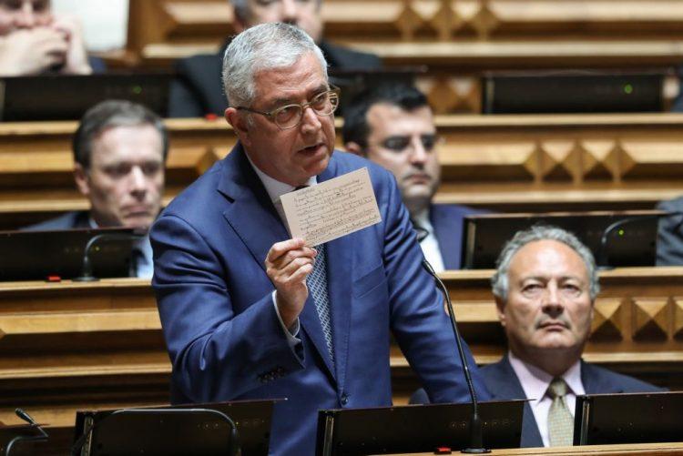 Líder parlamentar do PSD admite revisão constitucional mas dá prioridade a reforma da Justiça