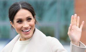 Mais magra, a noiva do príncipe chega sorridente aos ensaios do casamento