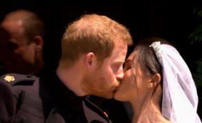 O grande dia de Harry e Meghan O primeiro beijo do casal enquanto marido e mulher (vídeo)