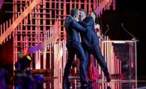 César Mourão rouba beijo escaldante a José Fidalgo na gala dos Globos (vídeo)
