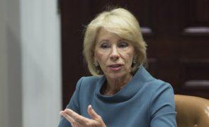 Denúncia de alunos indocumentados nos EUA é decisão da comunidade local - Secretária da Educação