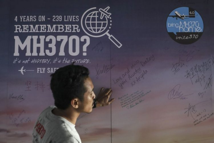 Buscas pelo avião da Malaysia Airlines desaparecido em 2014 terminam