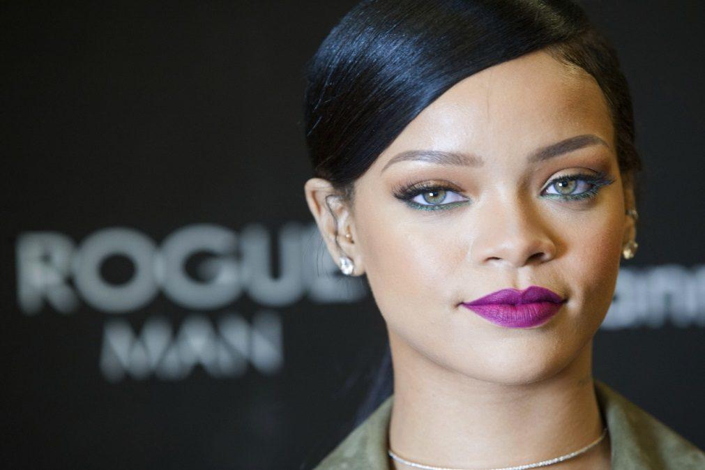Rihanna aparece com vestido ousado que evidencia o decote