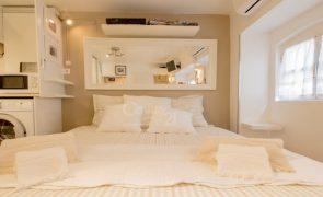 Neste apartamento, a cama está na cozinha. Tem 16m² e custa 150 mil euros