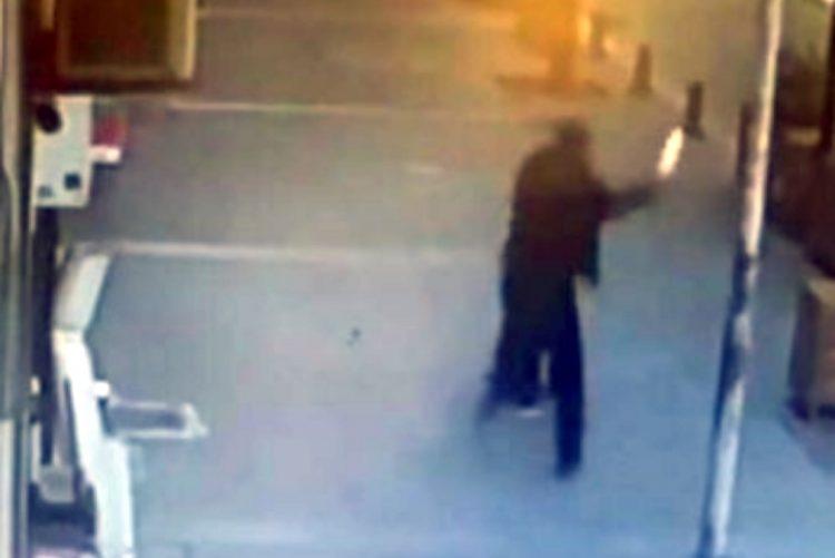 Multidão ataca homem que agredia a mulher em plena luz do dia
