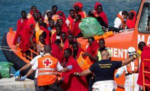 Outro navio, com 790 pessoas, espera permissão para aportar em Itália