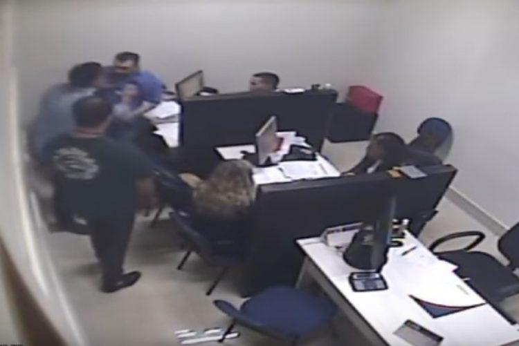 Funcionário agride a soco professor de colégio privado [vídeo]