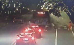 Explosão de autocarro no centro da cidade faz várias vítimas [vídeo]