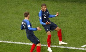 França nos 'oitavos' ao bater e eliminar Peru