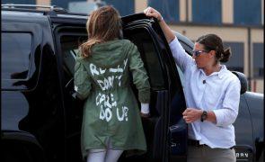 Melania Trump Casaco gera polémica em evento com crianças