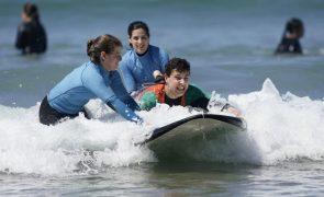 Alunos que combatem insucesso escolar ensinam surf a portadores de deficiência