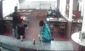 Jovem assassinado ao balcão de uma pizaria [vídeo]