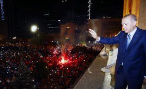 Erdogan vence presidenciais da Turquia à primeira volta e reforça poderes