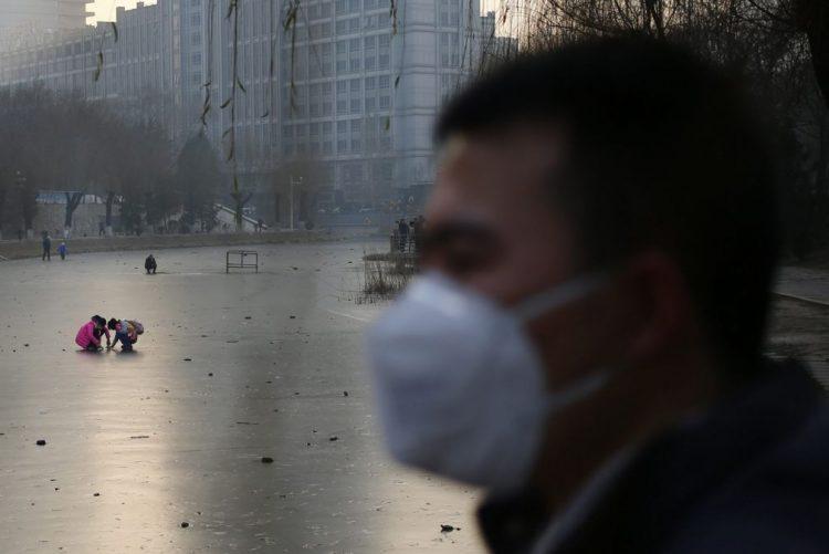 Fábricas fechadas e limites ao tráfego devido a poluição no norte e centro da China
