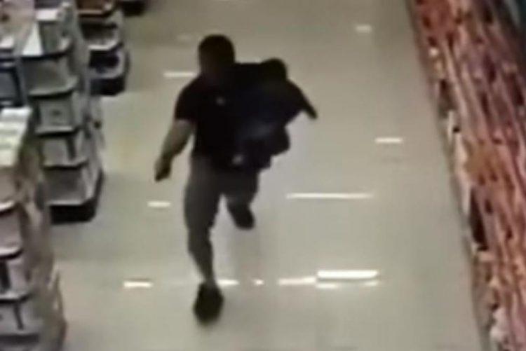 Polícia à paisana mata dois assaltantes com filho ao colo [vídeo]