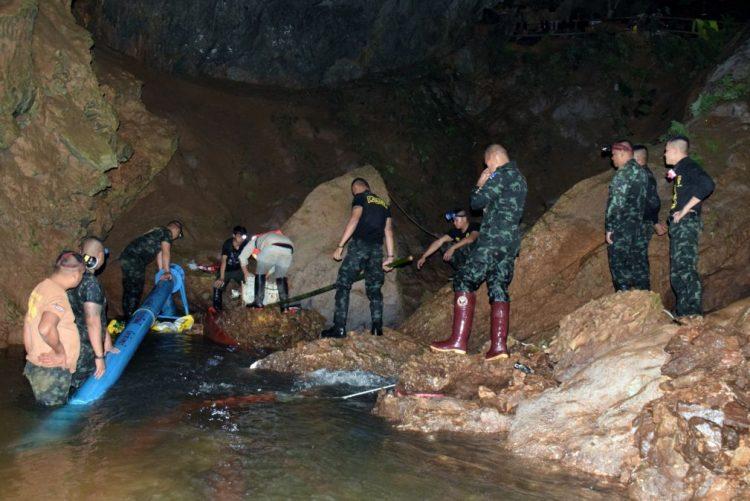 Encontradas com vida crianças desaparecidas em caverna na Tailândia