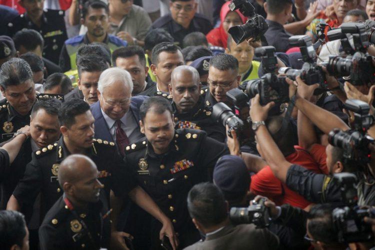Ex-governante da Malásia vai responder por três acusações de abuso de confiança