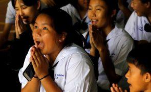 Tailândia: Crianças resgatadas proibidas de abraçar ou beijar os pais
