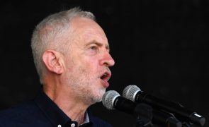 Líder trabalhista pede demissão de PM Theresa May