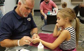 Pai solteiro dá aulas grátis a homens para aprenderem a pintar as unhas às filhas