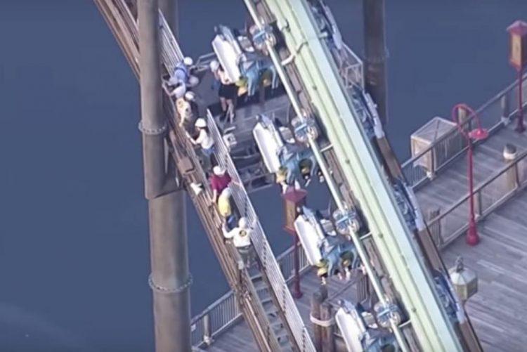 Cerca de 30 pessoas presas em montanha russa [vídeo]