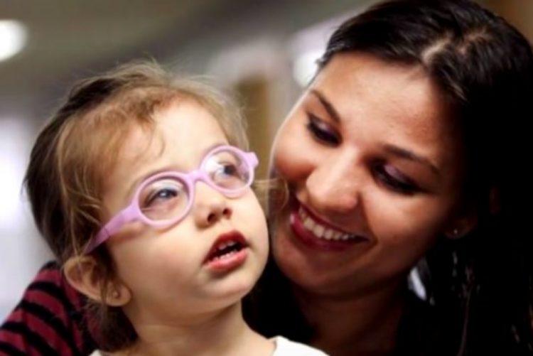 Menina cega vê a mãe pela primeira vez e vídeo comove o mundo
