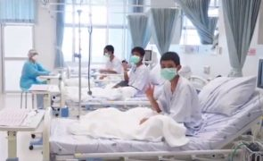 Tailândia: Após o resgate, as crianças mostram boa disposição no hospital [vídeo]