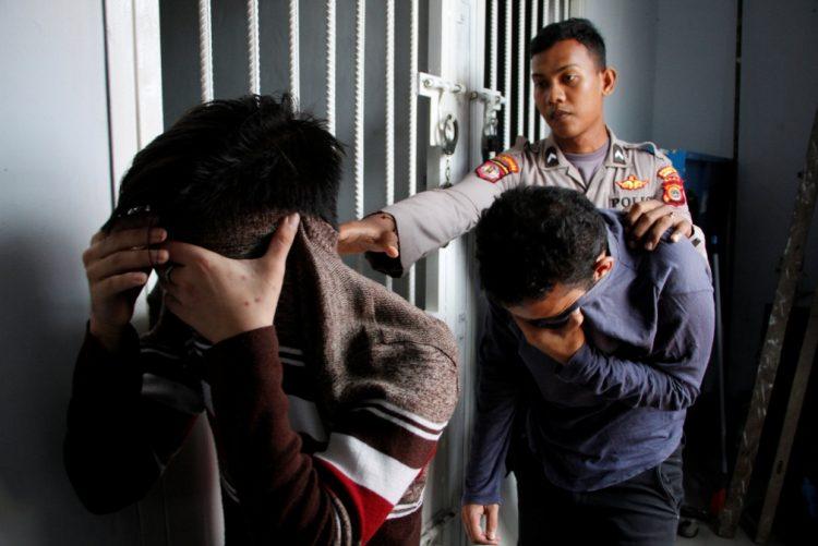 Casal homossexual condenado a 85 chibatadas em praça pública