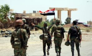 Tropas do regime sírio hastearam bandeira na cidade de Deraa
