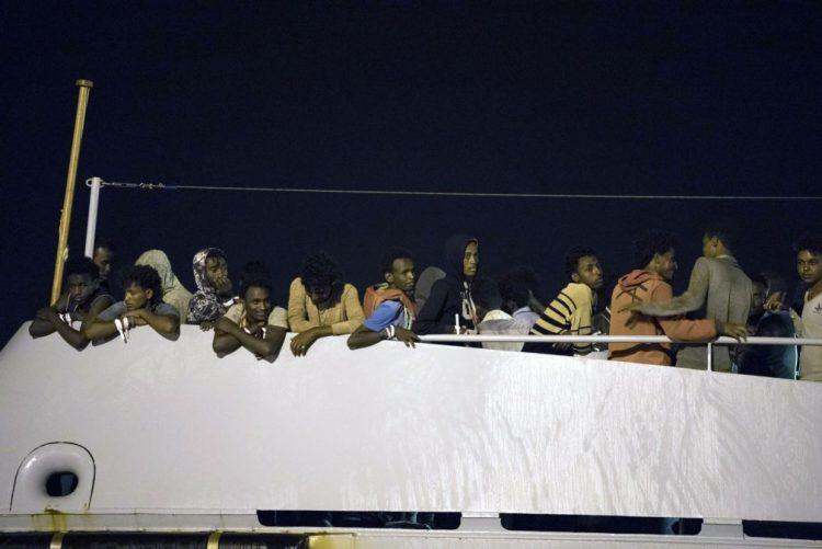 450 migrantes que estavam em navios militares desembarcaram em Pozallo