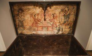 Museu de Arte Antiga reabre salas de mobiliário e uma cómoda tem um