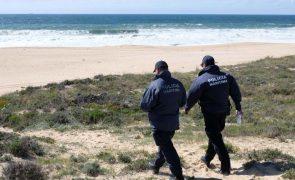 Homem morre após embarcação de pesca se ter voltado na praia do Meco