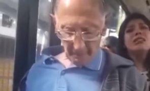 Idoso apanhado no autocarro a ejacular no braço de jovem [vídeo]