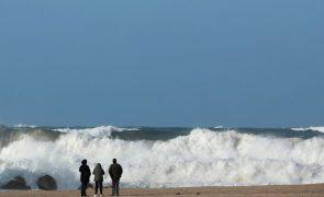 Embarcação afundou ao largo de Aveiro. Quinze pescadores resgatados