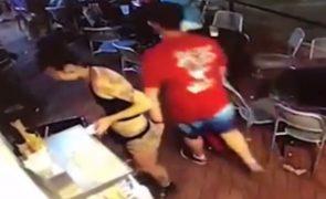Empregada de bar é apalpada e responde à altura [vídeo]