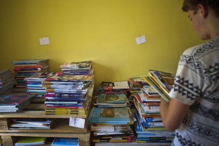 BE quer alargar manuais escolares gratuitos até ao 12.º ano a todo o país