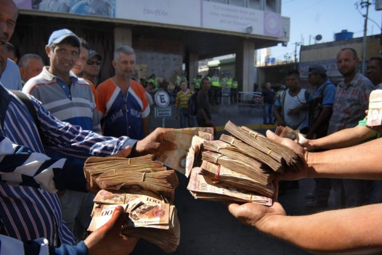 Maduro mantém circulação de notas cem bolívares e fecho de fronteiras até 02 de janeiro