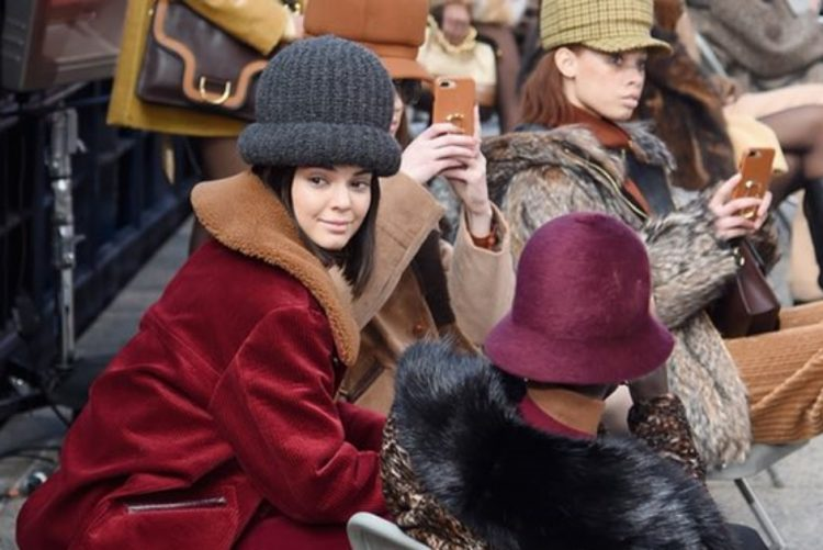 Kendall Jenner sai da cartola de Marc Jacobs