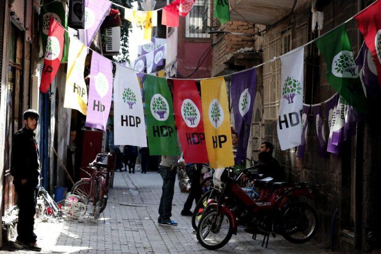 Partido pró-curdo atacado após atentado que fez 14 mortos na Turquia