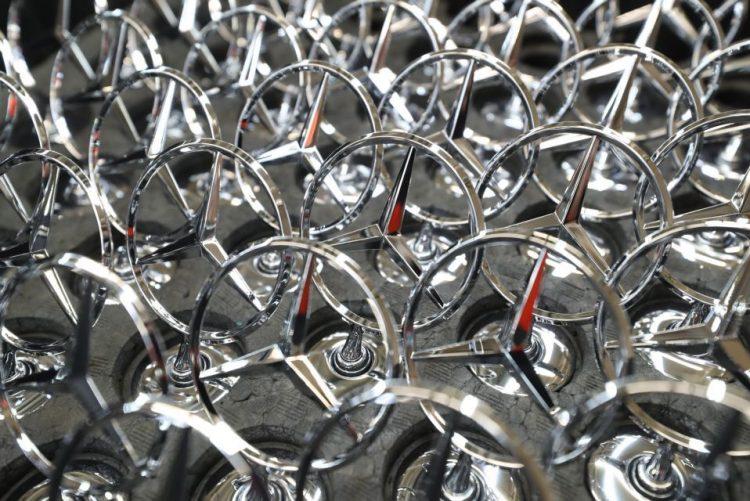 Alemã Daimler cessa atividades no Irão devido às sanções dos Estados Unidos