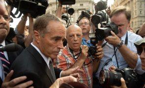 Congressista dos EUA acusado de abuso de informação privilegiada mantém recandidatura